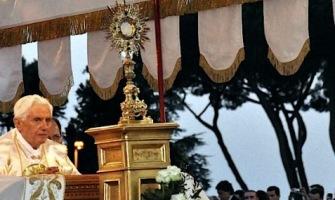 """""""La renovación del mundo Dios quiere realizarla siempre a través de la misma vía seguida por Cristo"""", Benedicto XVI."""