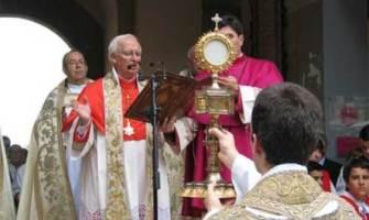 Cardenal Cañizares: «Es recomendable que los fieles comulguen en la boca y de rodillas»