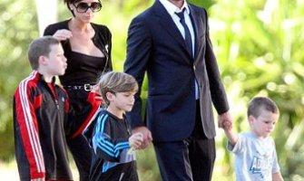 """Ambientalistas de Gran Bretaña critican ferozmente a los Beckham como """"mal ejemplo"""" por tener cuatro hijos"""