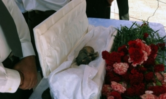 Bebé abortado durante tercer trimestre yace en ataúd durante funeral en casa alcaldía