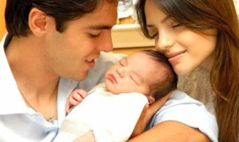 El futbolista del Real Madrid Kaká, y su mujer Caroline Celico, abandonan la iglesia Renacer