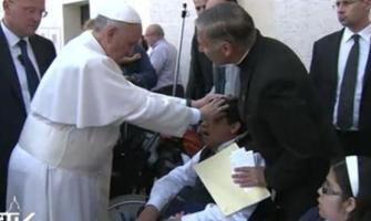 El Papa Francisco hace una oración de liberación en un endemoniado