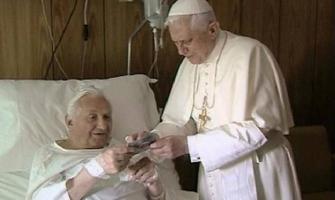 Benedicto XVI visita a su hermano en el Policlínico Gemelli