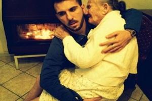 Joven italiano conmueve redes sociales con foto donde carga a su abuelita enferma
