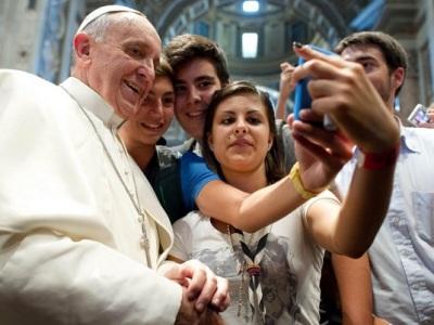 Atrévanse a ser felices, pide el Papa a los jóvenes del mundo y recuerda a Juan Pablo II
