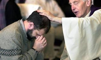 """Alonso: Hola, una consulta. Para que el sacerdote dé el Sacramento de la Reconciliación ¿es necesario que lleve puesta la estola? Lo digo porque durante una confesión el sacerdote no la llevaba (además no empezó con el """"Ave María purísima…"""") Gracias de antemano."""
