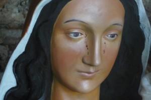 Anjara: una estatua de María lloró sangre ante la mirada de una religiosa