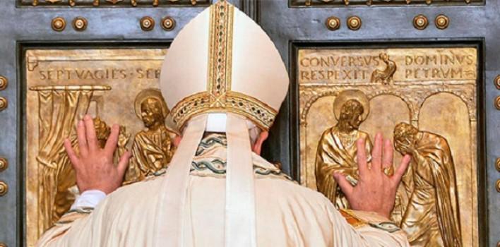 El Papa abre la Puerta Santa de San Pedro, seguido de Benedicto XVI