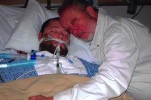 Salva la vida de su hijo al atrincherarse para evitar que lo 'desconecten'