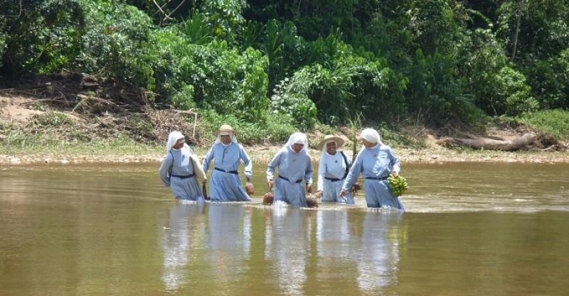 Donde no hay curas, allí están ellas: las monjas todo-terreno que bautizan, casan y entierran.