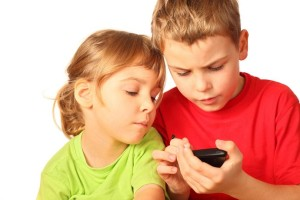 10 razones que tienes que considerar antes de darle un celular a tu hijo