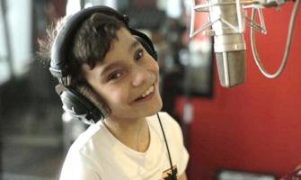 Adrián Martín, con hidrocefalia, reza, canta, saca un disco y da alegría a los desesperanzados