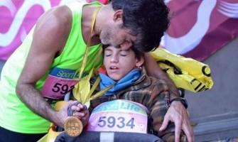 La inspiradora historia de un padre que corre maratones con su hijo con discapacidad