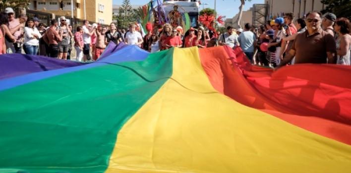 Multas al que disienta, cierres de colegios o decomiso de libros: así es la futura ley LGTB en España