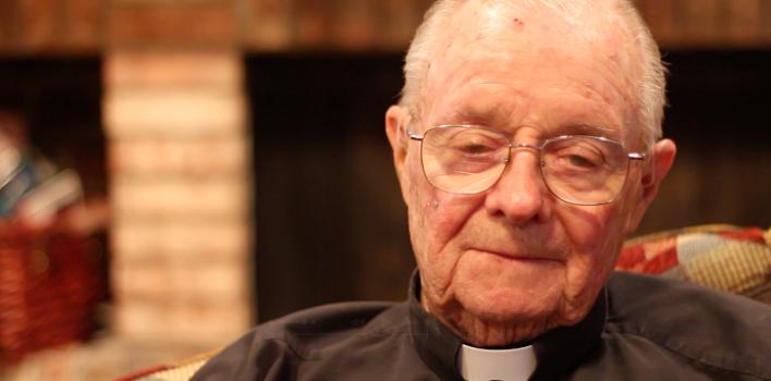 La conmovedora historia de un sacerdote y su lucha con el alcohol, contada a cámara por él mismo