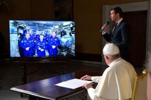 El Papa llama al espacio y los astronautas le dicen que su unidad en la diversidad les hace fuertes