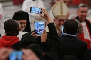 El Papa: Entristece ver fieles y obispos que hacen fotos en Misa. ¡No es un espectáculo!