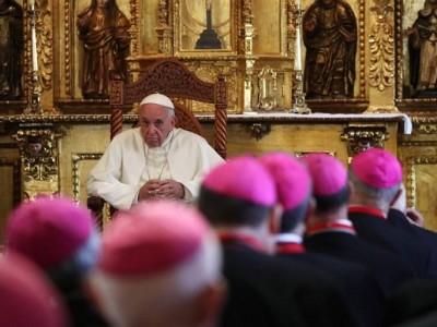 """El Papa a obispos: Dejen el escritorio y """"gasten la suela"""" para conocer a sus ovejas"""