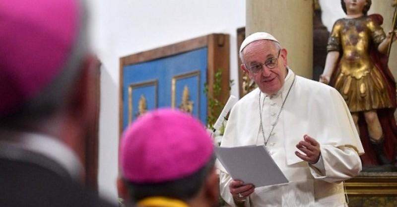 """Francisco invita a los obispos a recuperar la """"conciencia de ser pueblo"""""""