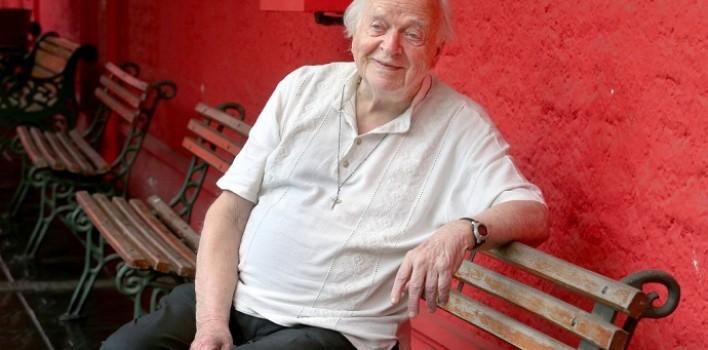 Fue espía y francotirador en la II Guerra Mundial y hoy es un anciano pero activo cura misionero